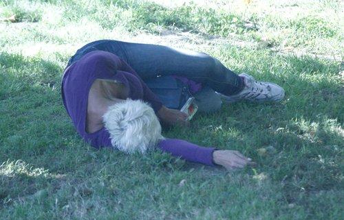 Brigitte Nielsen lubi się napić w plenerze (FOTO)