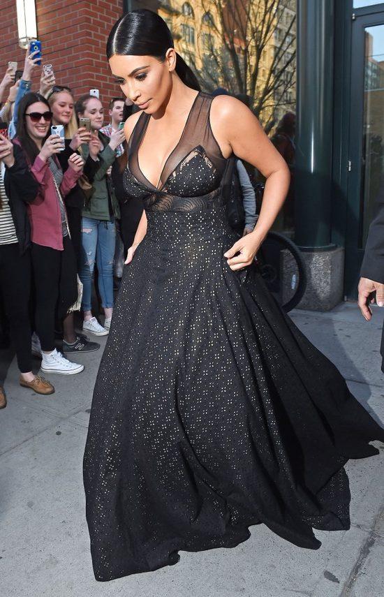 Bruce Jenner do Kim (pokazując różowe paznokcie u stóp):