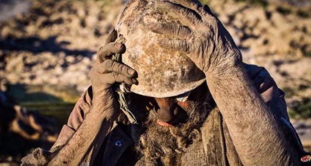 Ten mężczyzna nie myje się o 60 lat!