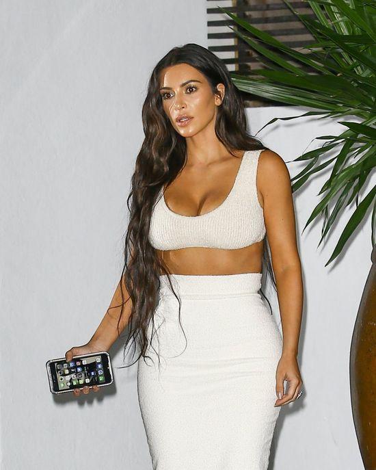 Dlaczego Kim Kardashian (35 l.) zawsze pokazuje biust? Dlaczego zawsze przebijaj� jej sutki i dlaczego jej piersi nigdy nie opuszcz� stanika w nieodpowiednim momencie?