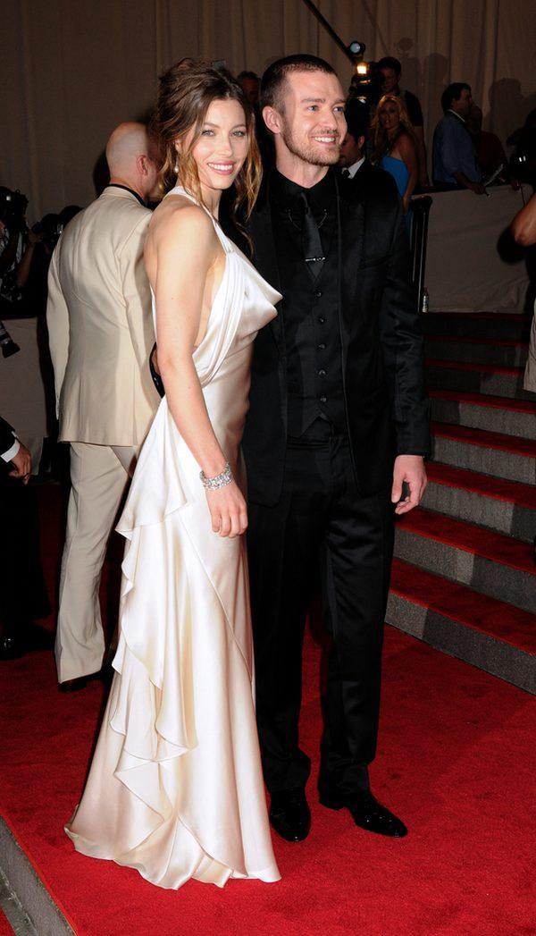 Jessica Biel i Justin Timberlake na gali American Woman: Fashioning a National Identity w 2010 roku. Gwiazda wystąpiła w długiej sukni w kolorze kości słoniowej.