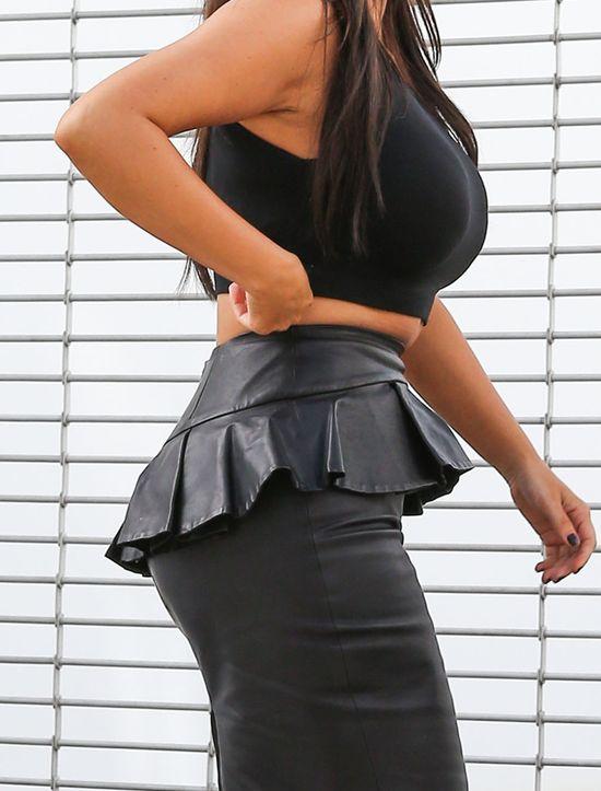 Kim Kardashian w obciłej spódnicy - jak ona się w nią wcisnęła?