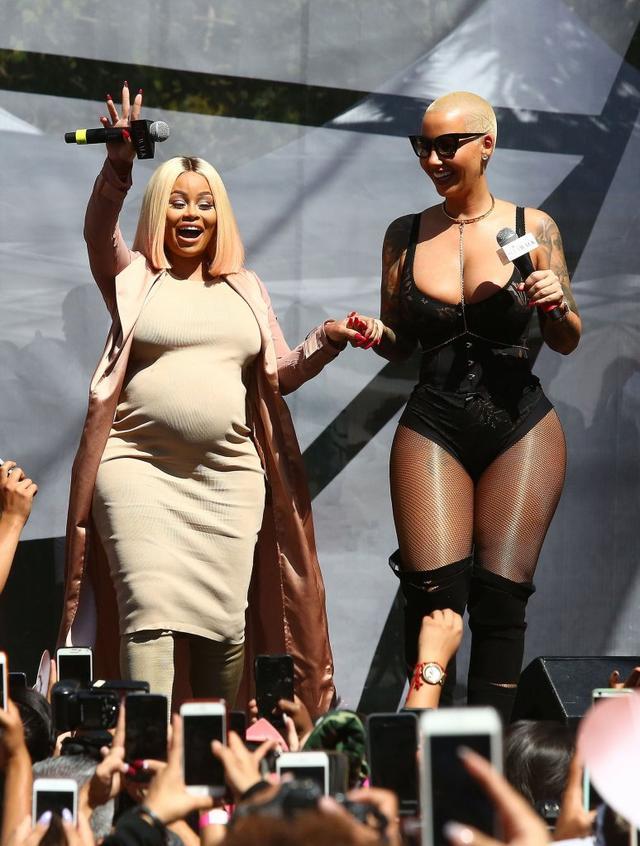 """Czy Robert Kardashian wiedział, na jaką imprezę wybrała się jego narzeczona? 1 października Blac Chyna wspólnie z przyjaciółką, Amber Rose, wzięła udział w Festiwalu o żenującej nazwie... """"Marsz dz**k""""."""