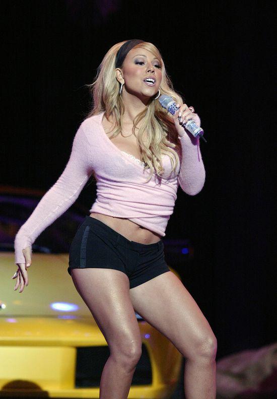 Mariah Carey w blond w�osach i opasce w 2004 roku