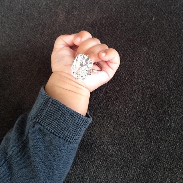 Kim pozwala Nori bawić się jej pierścionkiem zaręczynowym?