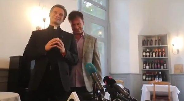 Ksiądz Charamsa przedstawił swojego partnera Eduardo