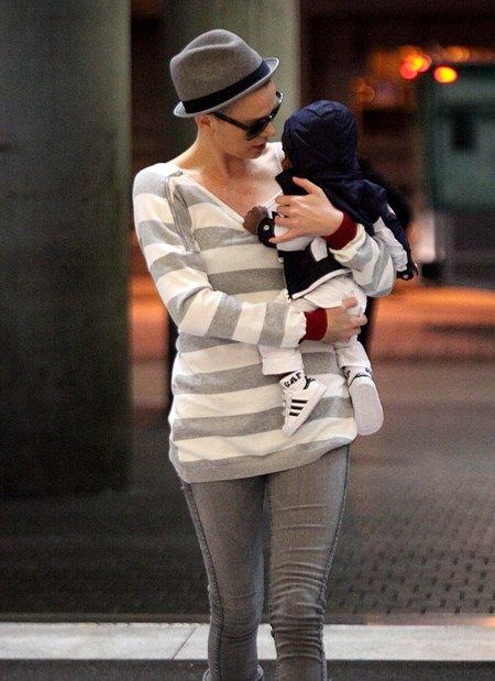 Charlize Theron nową fryzurę chowa pod kapeluszem (FOTO)