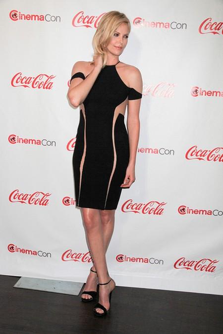 Charlize Theron: Zrobiłabym sobie biust, gdybym... (FOTO)