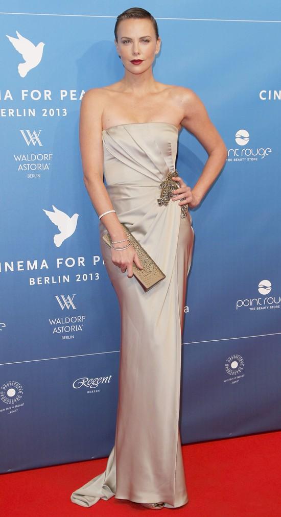 Charlize Theron wyra�nie si� zaokr�gli�a (FOTO)
