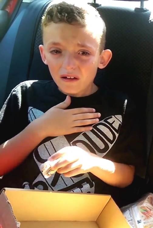 Nie zgadniecie, dlaczego ten chłopiec płacze