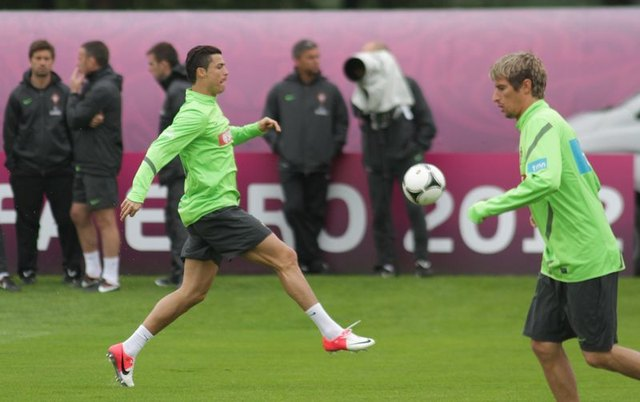 Cristiano Ronaldo gwiazdorzy nawet na boisku (FOTO)
