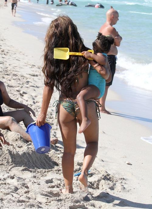 Christina Milian z córeczką na plaży (FOTO)