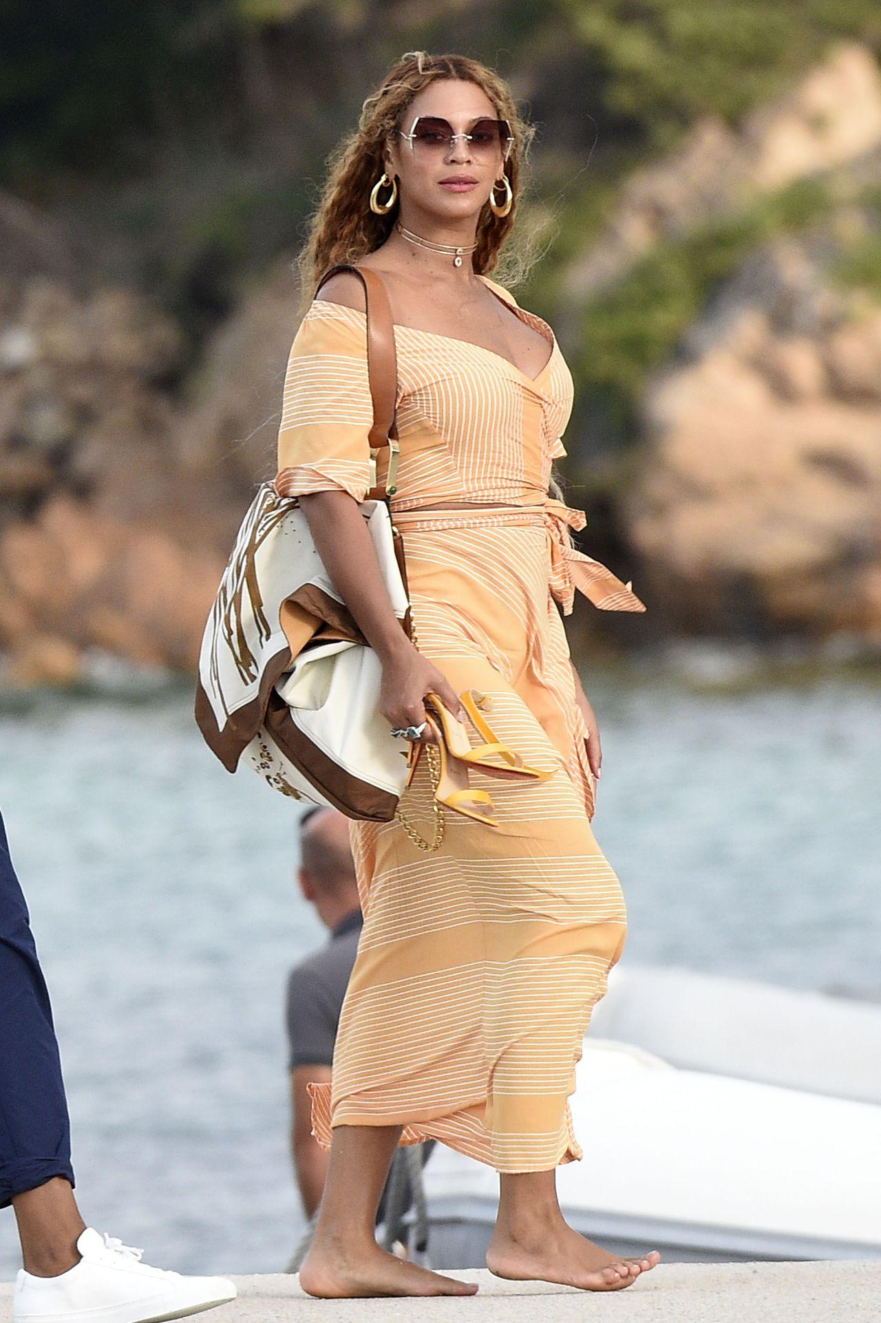 Biała suknia Beyonce, w której odnawiała przysięgę małżeńską, robi furorę