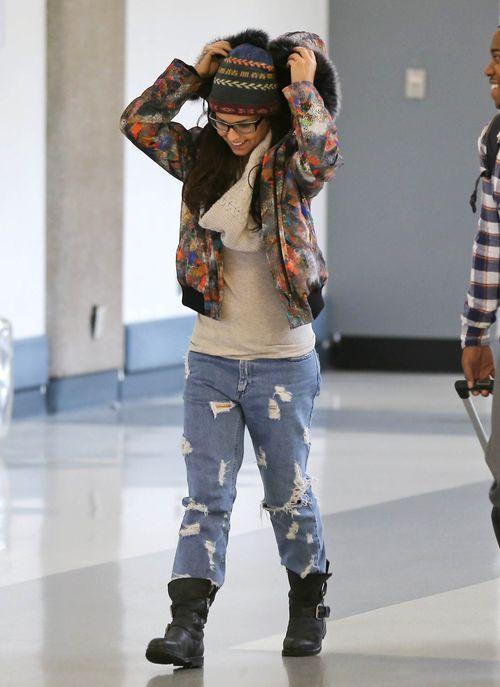 Cheryl Cole dla żartu chowa się przed paparazzi (FOTO)