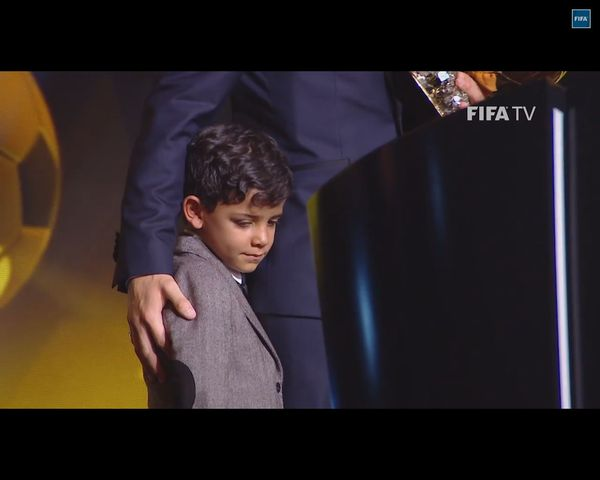 Cristianito, syn Cristiano Ronaldo, speszony u boku ojca