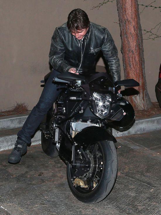 Tom Cruise lansuje si� na vyrusie (FOTO)