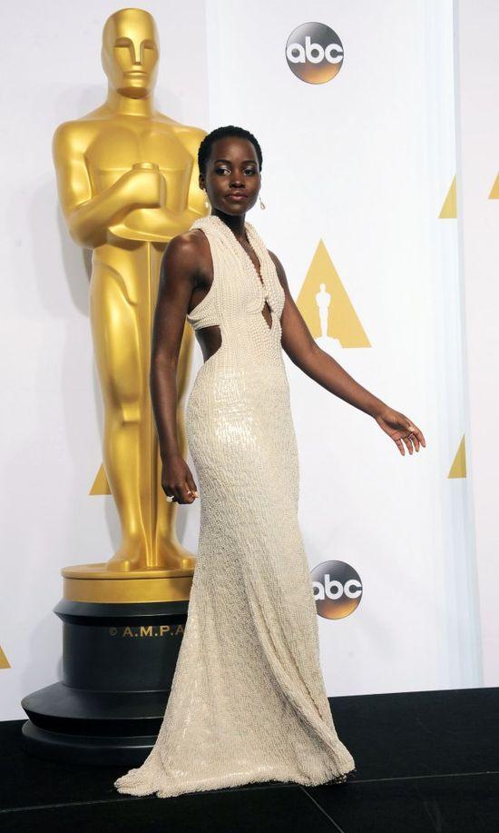 Lupita Nyong'o w kreacji Francisco Costy dla Calvina Kleina na rozdaniu Oscarów 2015