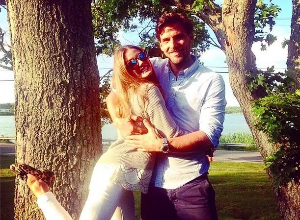 Olivia Palermo i Johannes Huebl - blogerka w jasnej sukience, model w białej koszuli