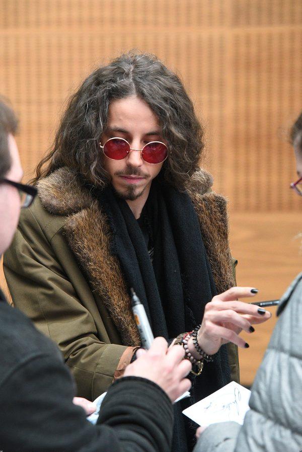 Michał Szpak w długich, kręconych włosach