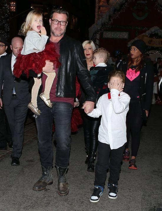 Tori Spelling z dziećmi i mężem