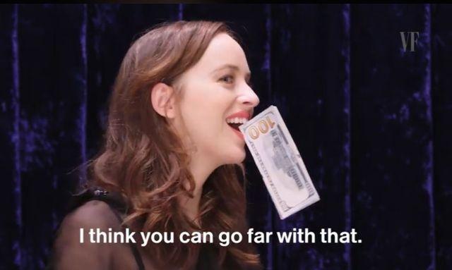 Dakota Johnson wkłada sobie różne rzeczy w szparę... (VIDEO)
