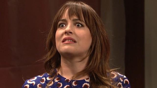 Dakota Johnson w SNL odwiedza czerwony pokój...