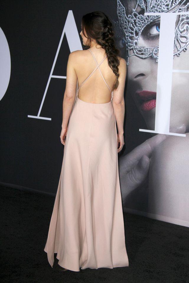 Dakota Johnson BEZ STANIKA na premierze Ciemniejszej strony Greya w Los Angeles