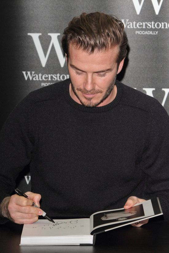 David Beckham robi słodkie minki i rozdaje autografy(FOTO)