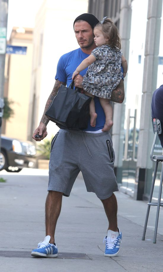 David Beckham załatwia sprawunki z Harper Seven na ręku (FOT