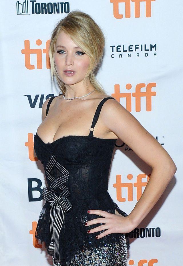 """Jennifer Lawrence na premierze filmu """"mother"""" w seksownym kostiumie"""