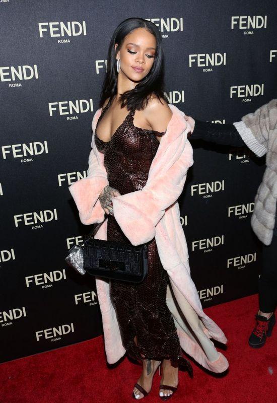 Rihanna w �liwkowej sukni z cekin�w i w r�zowym futerku