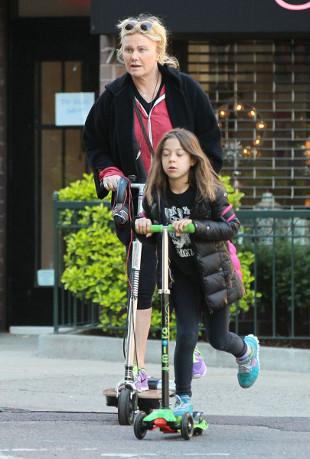 Żona i córka Hugh Jackmana na hulajnogach (FOTO)