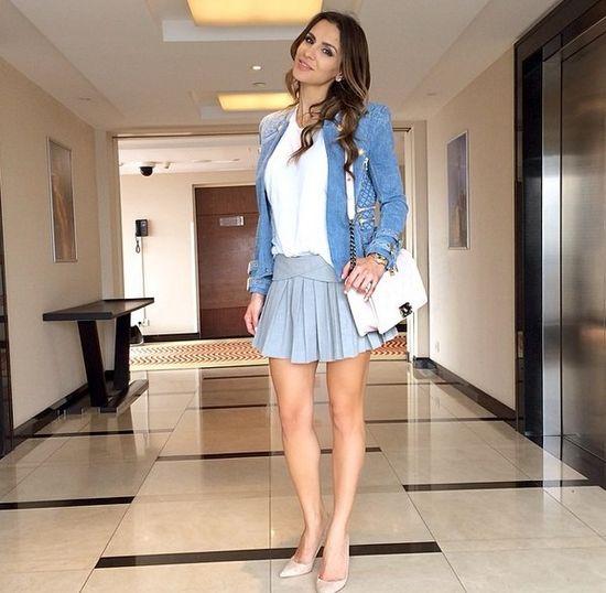 Sara Mannei i w mini i niebieskim żakiecie