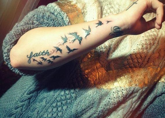 Czyj jest ten ptasi tatuaż? (FOTO)