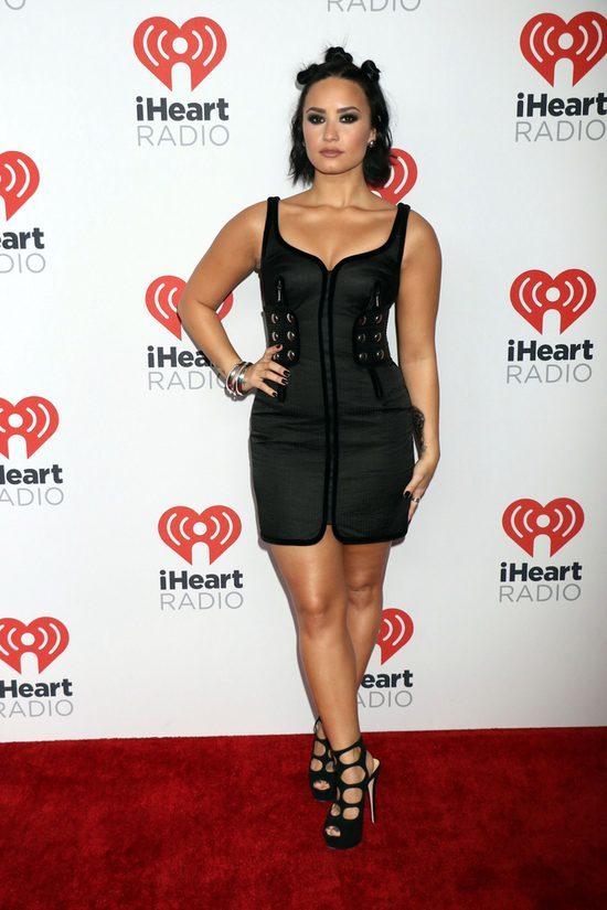 Demi Lovato NAGA, BEZ MAKIJA�U w sesji dla Vanity Fair VIDEO