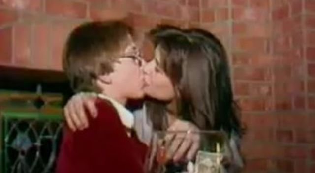 Dorosła Demi Moore NAMIĘTNIE całuje… 15 letniego chłopca! (VIDEO)