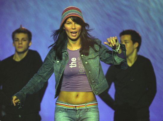 Edyta Górniak, 2003 rok. Piosenkarka ma na sobie kolorową czapkę i jeansową kurtkę