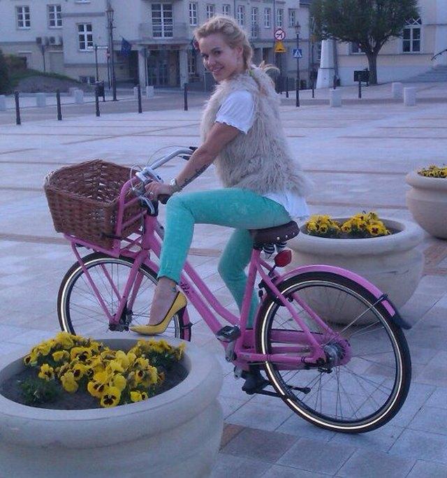 Doda w żółtych szpilkach na rowerze (FOTO)
