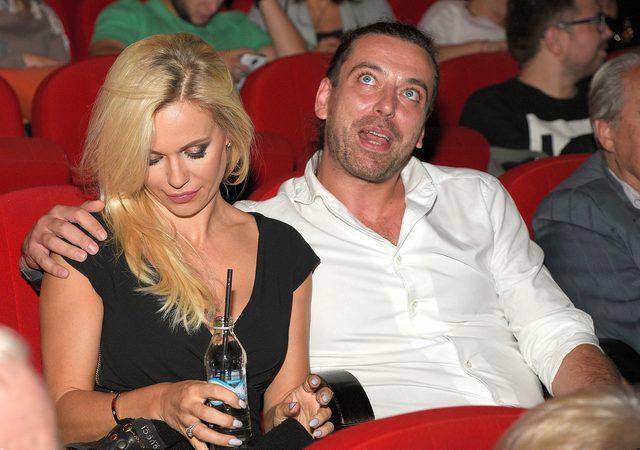 Doda w małej czarnej na premierze w teatrze (FOTO)