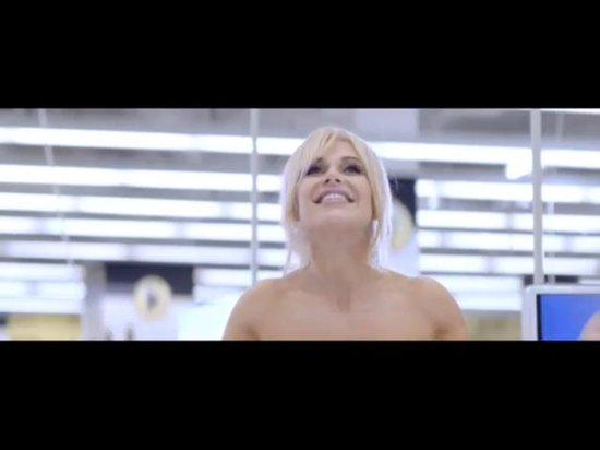 Naga Doda chodzi po sklepie [VIDEO]