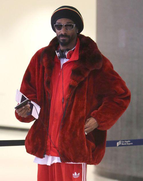 Czerwone futerko i skarpetki w klapkach (FOTO)