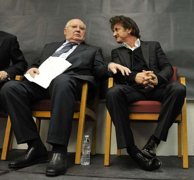 Dziwna fryzura Seana Penna na spotkaniu z Gorbaczowem (FOTO)