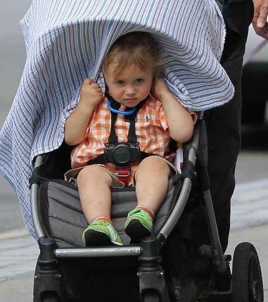 Czyim synem jest ten pocieszny maluch? (VIDEO)