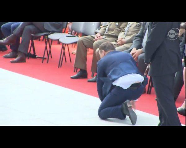 Prezydent Andrzej Duda podniósł z ziemi Hostię (FOTO)