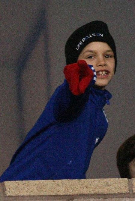 Synowie Beckhamów rozrabiają na meczu (FOTO)