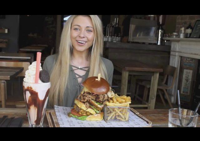 Robi karier� po�eraj�c wielkie porcje jedzenia [VIDEO]