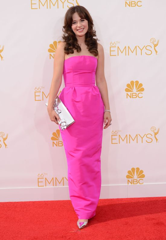Zooe Deschanel na rozdaniu nagr�d Emmy 2014, r�owa sukienka bez ramion