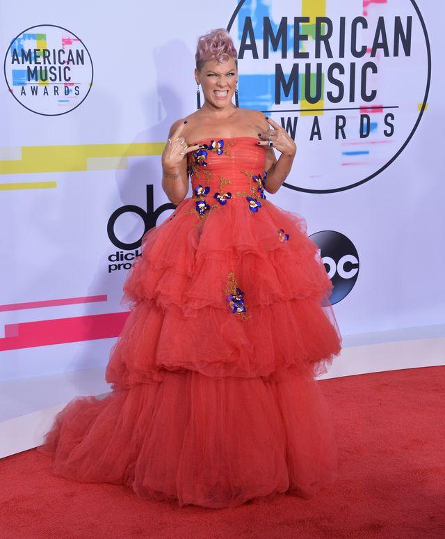 American Music Awards 2017 – kreacje gwiazd na czerwonym dywanie