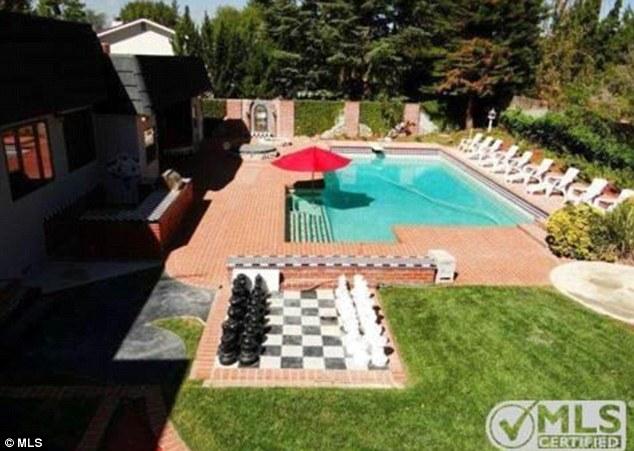 Przed domem, w kt�rym wychowywa�a si� Kristen Stewart stoj� gigantyczne szachy.