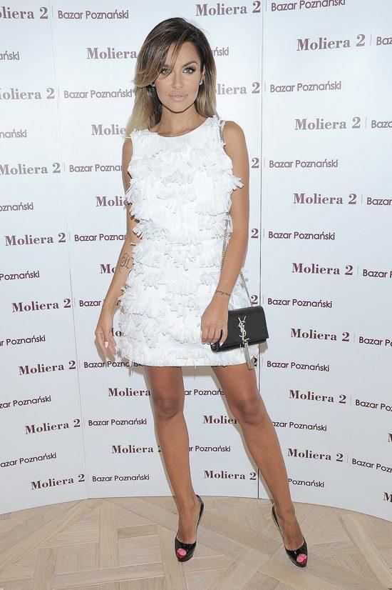 Natalia Siwiec w małej białej sukience i Louboutinach.